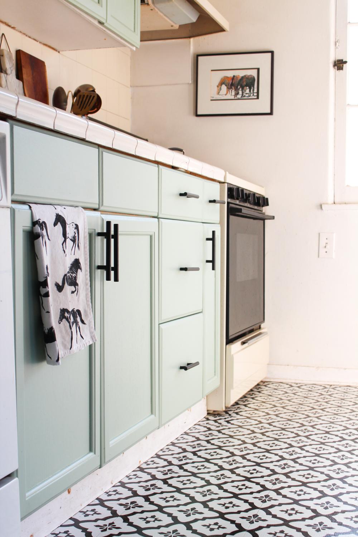 Peler et coller les carreaux de sol et les armoires de cuisine vertes